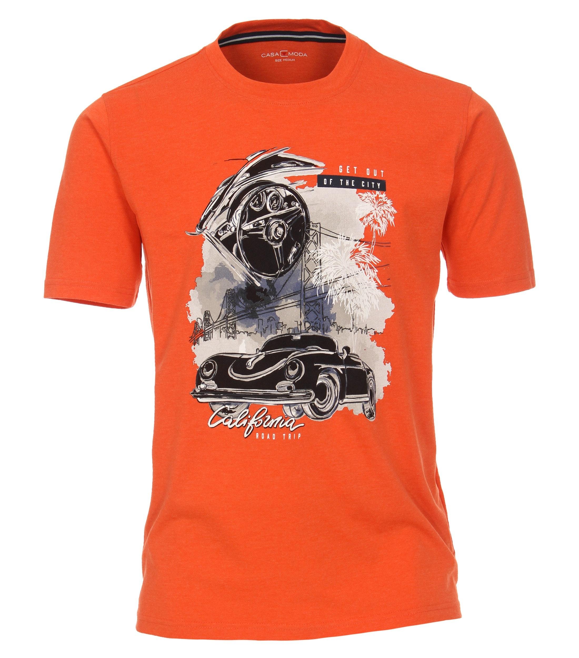 T-shirt van merk CASA MODA in de kleur oranje, gemaakt van 100% katoen. Dit T-shirt is gemaakt van puur katoen en is zeer comfortabel om te dragen. Het sportieve design met trendy logo print past perfect bij elke sportieve look en kan op veel manieren worden gecombineerd. Het T-shirt kan veelzijdig gedragen worden en is een absolute must have voor iedere garderobe.