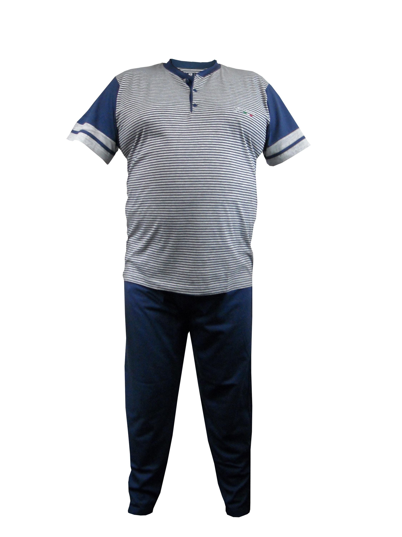 3-Delige Maxfort pyjama voor heren bestaande uit een lange en korte broek en een bovendeel met korte mouwen. Bovendeel met streepdessin, opgenaaide linker borstzak en ronde hals met knooplijst. De broek is voorzien van een elastische tailleband voor een optimale pasvorm. In mooie cadeauverpakking.