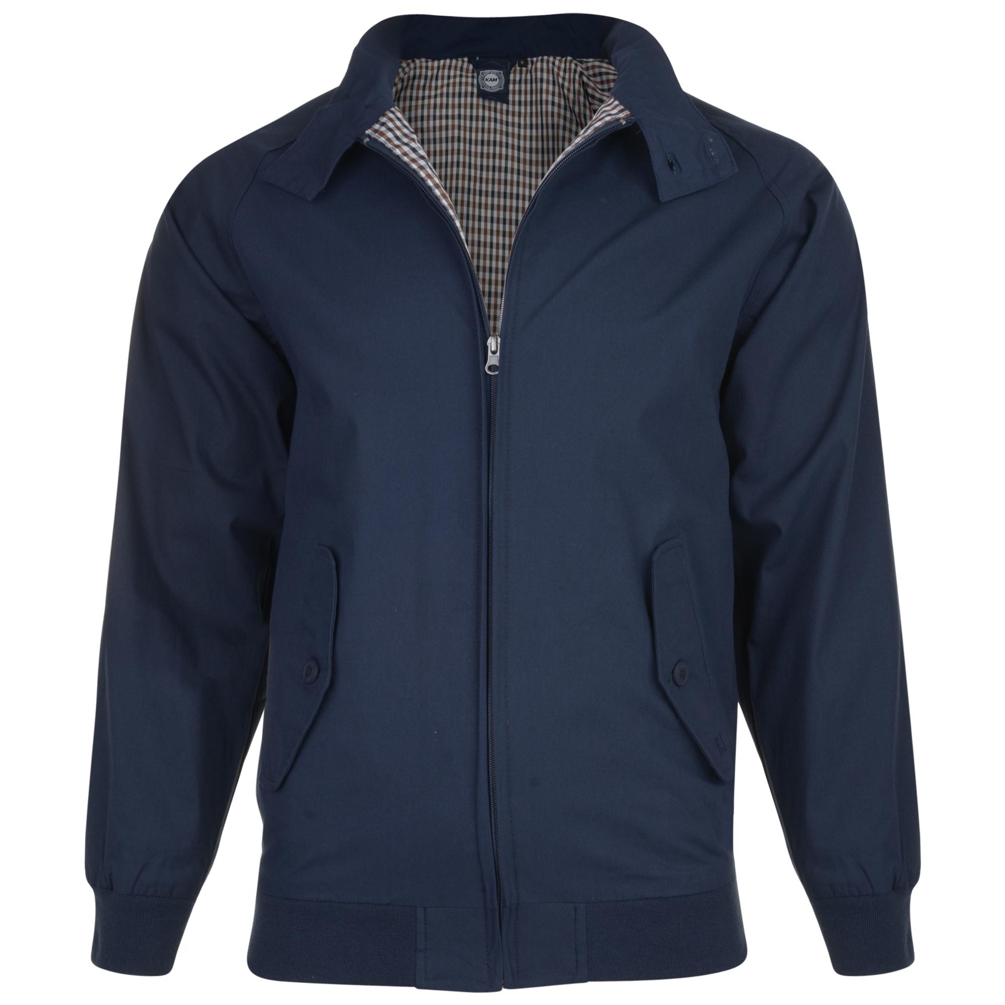"""Jack """"Harrington"""" van KAM Jeanswear met twee steekzakken afsluitbaar met een knoop. Doorlopende metalen rits, elastisch board aan de onderkant en bij de mouwen. Twee knopen op de kraag."""