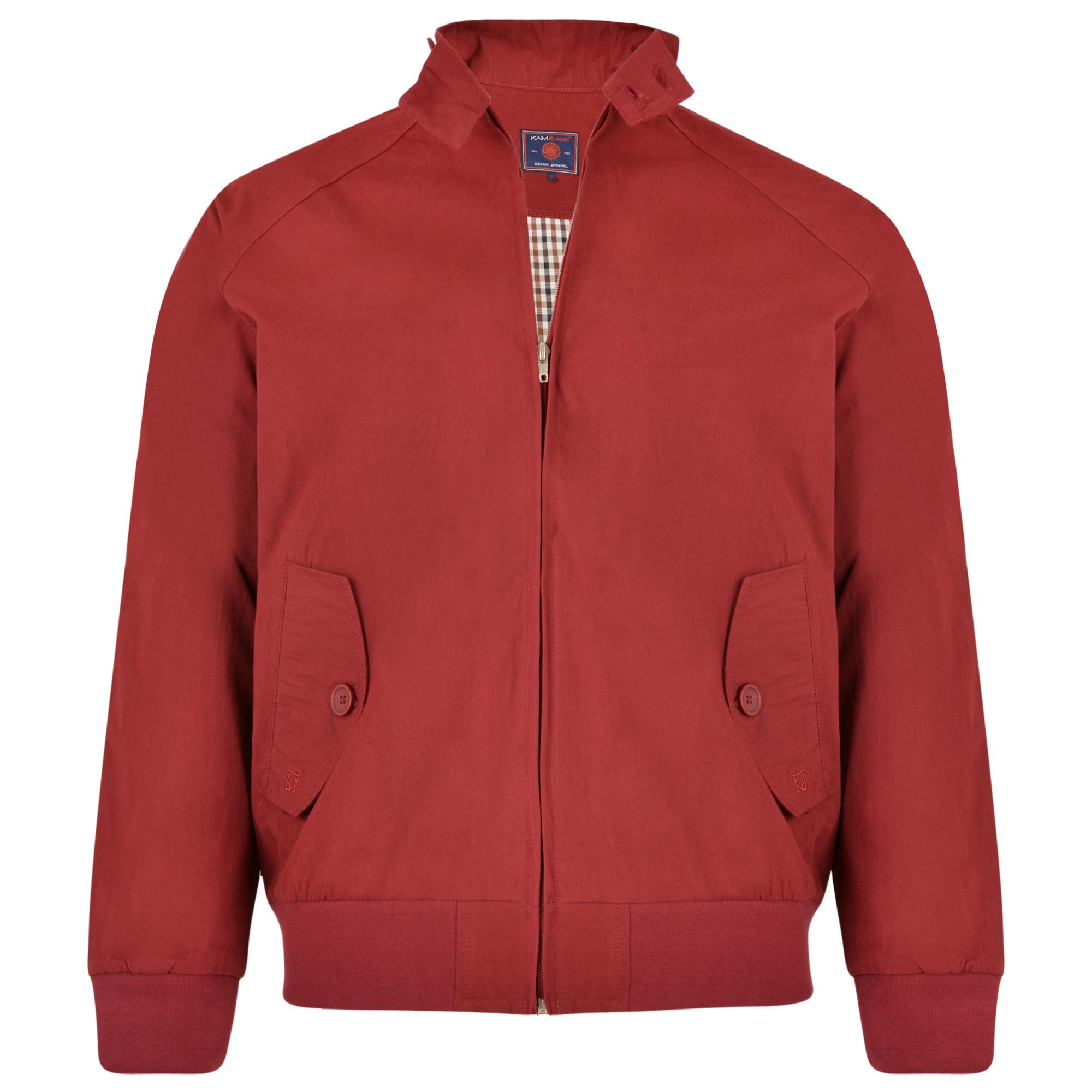 """Jack """"Harrington"""" van merk KAM Jeanswear in de kleur burgundy, gemaakt van 100% katoen, met twee steekzakken afsluitbaar met een knoop. Doorlopende metalen rits, elastisch boord aan de onderkant en bij de mouwen. Twee knopen op de kraag."""