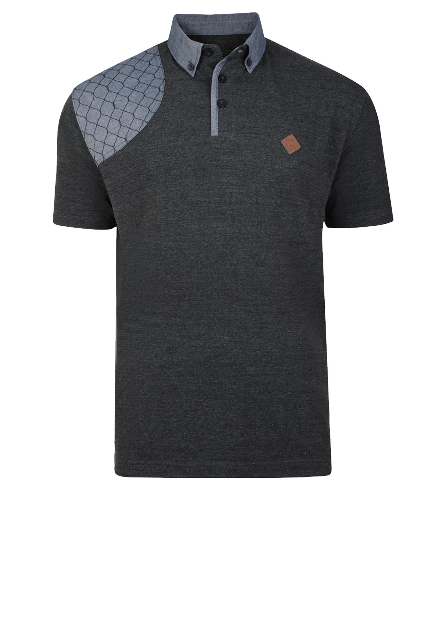 Polo met korte mouw van het merk KAMJEANS met een borst zakje op de linker voorkant waarop een print staat. De polo heeft een grijze contrast aan de kraag, rechter schouder en onder de knooplijst. In de kleur Donker grijs.