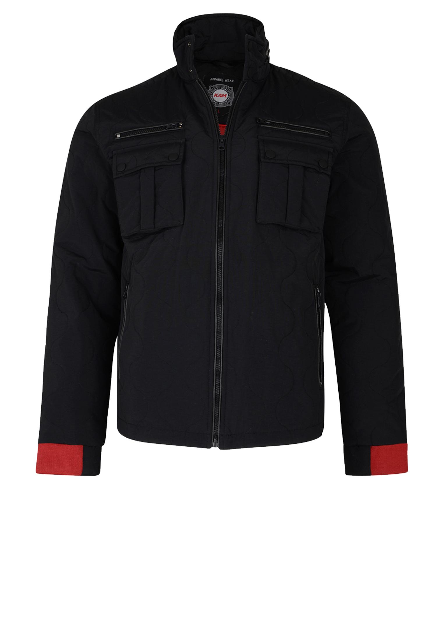 Zwarte winterjas van het merk KAM JEANSWEAR, voorzien van 2 met rits afsluitbare steekzakken aan de voorzijde en 2 met drukknoop afsluitbare borstzakjes. Deze jas met ritssluiting heeft een kleine opstaande kraag.