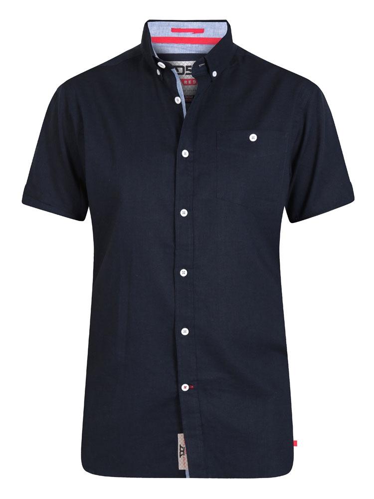 Overhemd met korte mouwen en een borstzakje op de linkerkant. Bijzonder mooie zachte stof door een mix van linnen en katoen. Mooi afgewerkt met contraststof bij de kraag en knopenlijst, knoopje op de mouw en een D555 merkje aan de achterkant. Button down kraag.