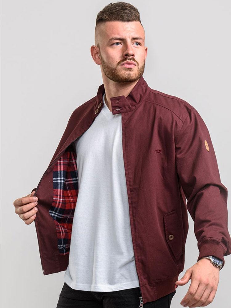 """Jack """"Windsor"""" van merk D555 in de kleur burgundy, gemaakt van 100% katoen."""