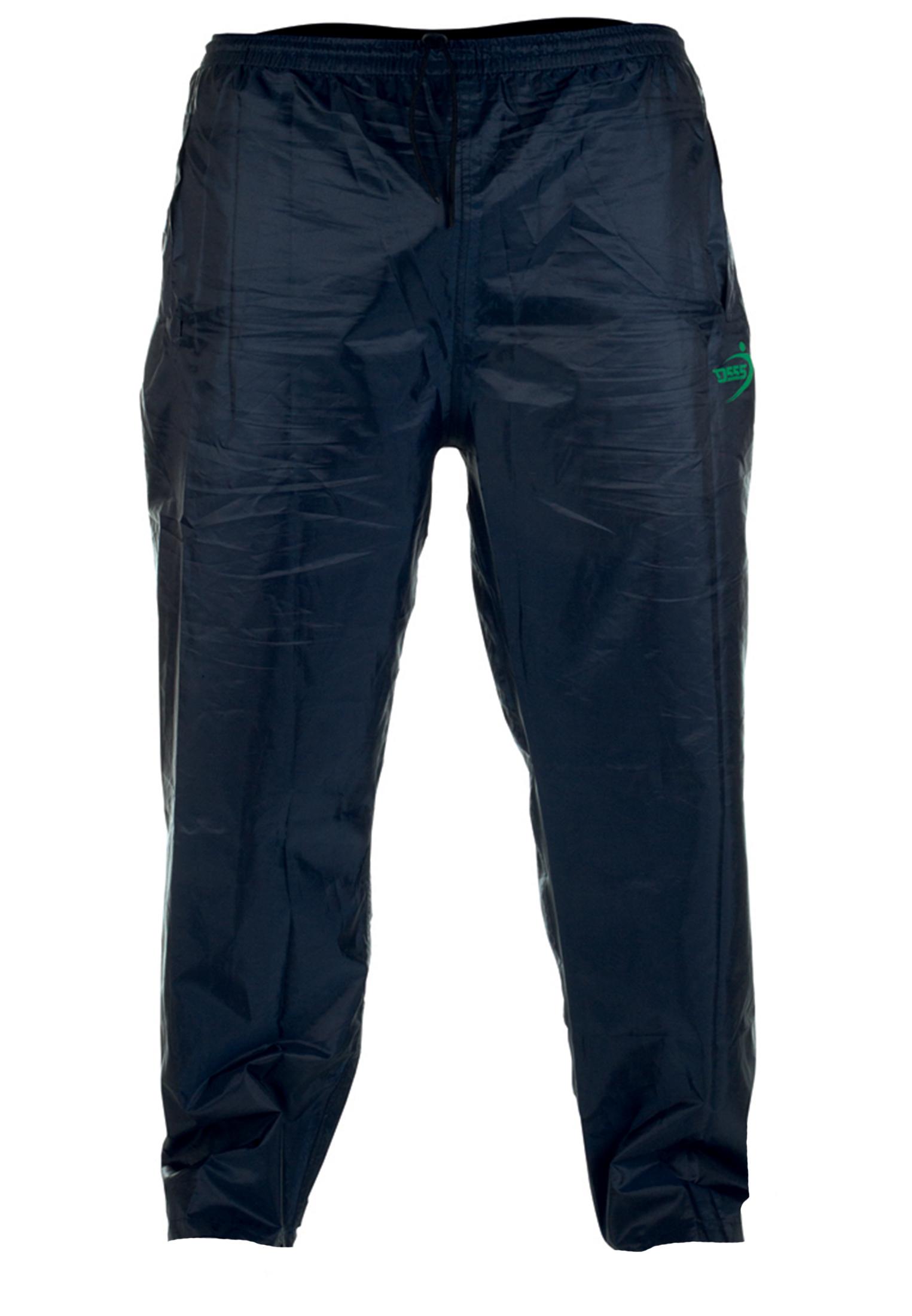 Regenbroek van D555 uitgevoerd in de kleur Navy. De broek is voorzien van 2 openingen waardoor u bij de broekzakken van uw broek kan. Ook heeft de regenbroek 2 zakken aan de achterzijde afsluitbaar met klitband. Elastiek in de tailleband en een touwtje in de taille om eventueel extra aan te snoeren. De pijpen hebben een drukker aan de onderkant. Deze regenbroek is gemaakt van een dunne stof waardoor hij makkelijk over de kleding heen te dragen is. Met handig opbergzakje op hem mee te nemen