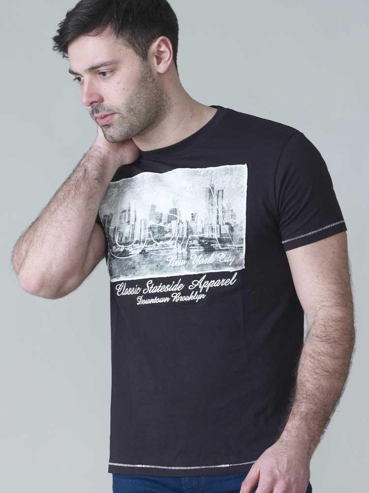 T-shirt met USA-New York print van merk D555 in de kleur zwart, gemaakt van 100% katoen.