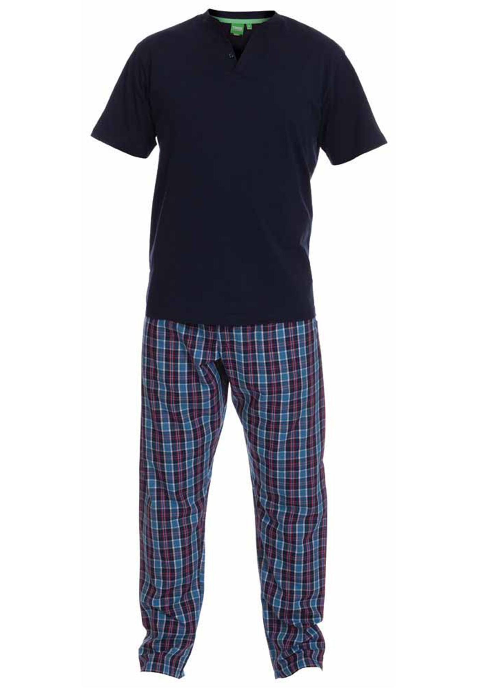 Comfortabele pyjama van het merk D555. De pyjama bestaat uit een donkerblauw T-shirt met korte mouwen en een lange geruite broek. U kunt deze set ook dragen als loungewear.