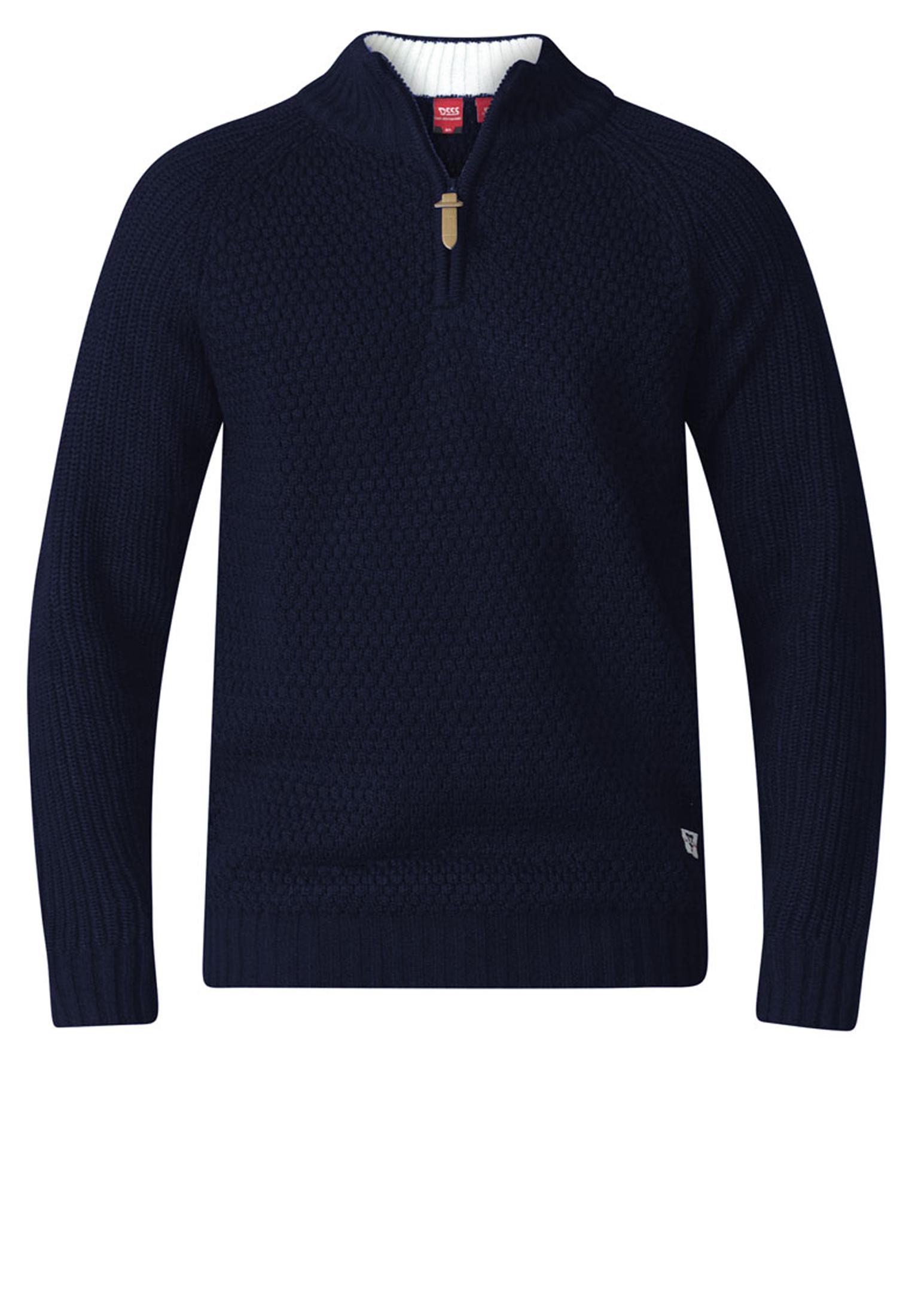 Gebreide trui van D555 met kleine opstaande kraag met rits, uitgevoerd in de kleur blauw. De zomen zijn iets strakker gebreid dan de trui zelf, hierdoor heeft de trui een betere pasvorm. Het is een niet al te dikke trui waardoor hij zowel met de minder koude dagen te dragen is. Erg leuke trui om op een spijkerbroek te dragen.