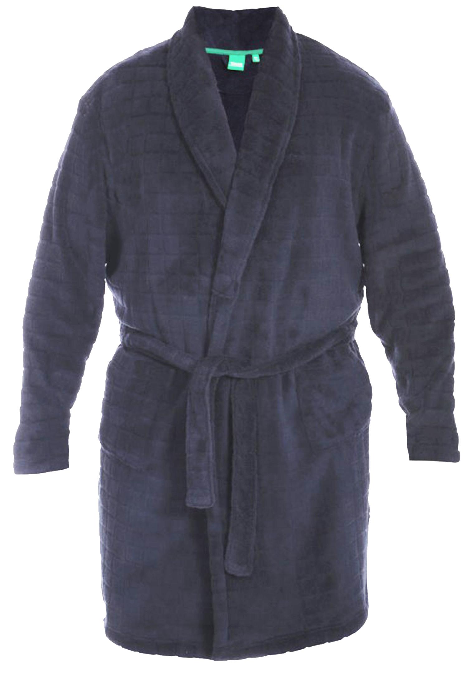 Navy badjas met blokjes motief, centuur en twee steekzakken van het merk D555. Deze badjas is gemaakt van super zacht materiaal wat zorgt voor een zeer veel draagcomfort. Ideaal om thuis lekker te dragen of mee te nemen naar de sauna.
