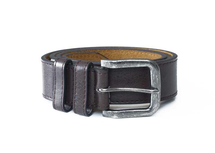 Klassieke gladde riem van D555 met een smalle stiknaad langs de zijkant van de riem en voorzien van een afgeronde, zilverkleurige gesp -met verweerde look- en een dubbele doorsteeklus. De samengestelde binnenvoering zorgt ervoor dat het een soepele riem is en de leather-look buitenlaag geeft de riem een elegante uitstraling.Breedte van de riem is 4 cm.