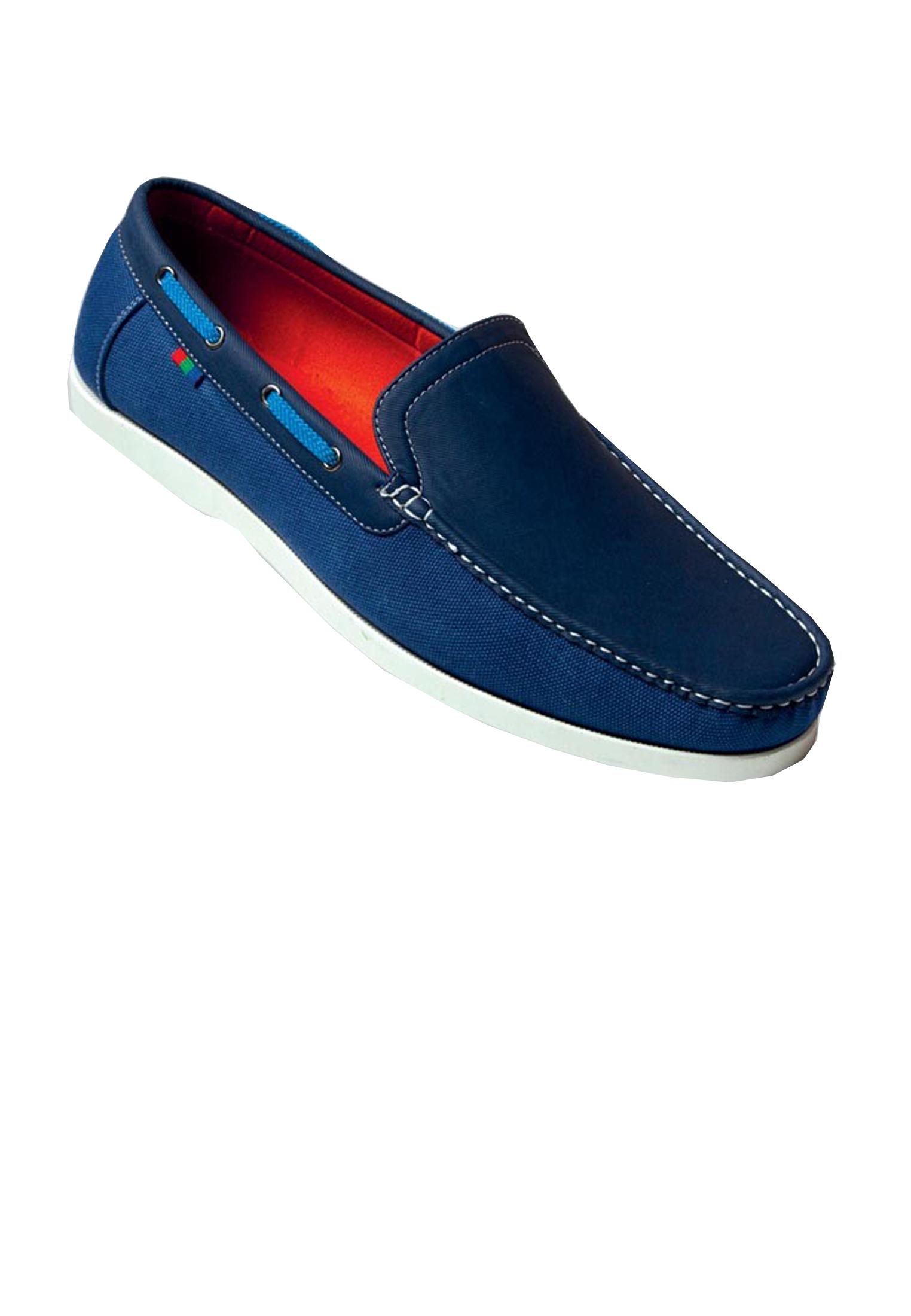 Boot schoenen van D555 uitgevoerd in textiel en suède, witte stiksels en een witte veter langs de rand en een zool van PVC.