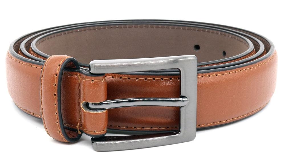 Tijdloze effen riem van D555 met een rechthoekige, zilverkleurige gesp. De samengestelde binnenvoering zorgt ervoor dat het een soepele riem is en de leather-look buitenlaag geeft de riem een elegante uitstraling.Breedte van de riem is 2,7 cm.