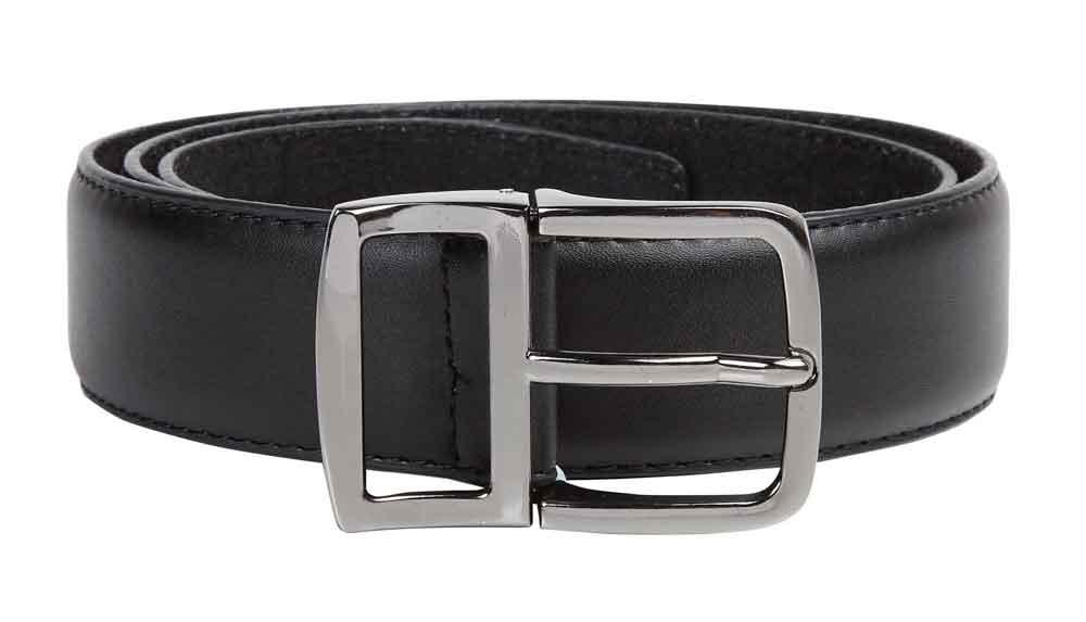 """Klassieke gladde riem model """"Ashton"""" van D555 met een smalle stiknaad langs de zijkant van de riem en voorzien van een afgeronde, zilverkleurige gesp en een metalen doorsteeklus. De samengestelde binnenvoering zorgt ervoor dat het een soepele riem is en de leather-look buitenlaag geeft de riem een elegante uitstraling.Breedte van de riem is 3,5 cm."""