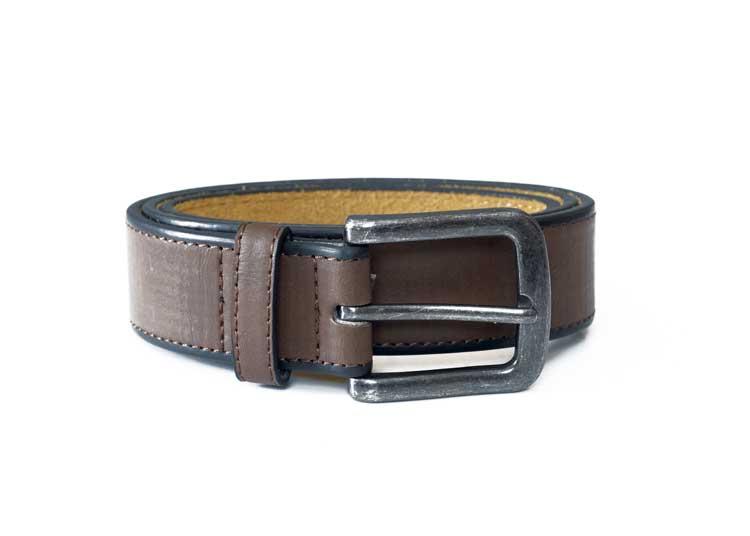 """D555 riem """"Avant"""" Klassieke gladde riem van D555 met een smalle stiknaad langs de zijkant van de riem en voorzien van een afgeronde, zilverkleurige gesp -met verweerde look- en een dubbele doorsteeklus. De samengestelde binnenvoering zorgt ervoor dat het een soepele riem is en de leather-look buitenlaag geeft de riem een elegante uitstraling.Breedte van de riem is 3,5 cm."""