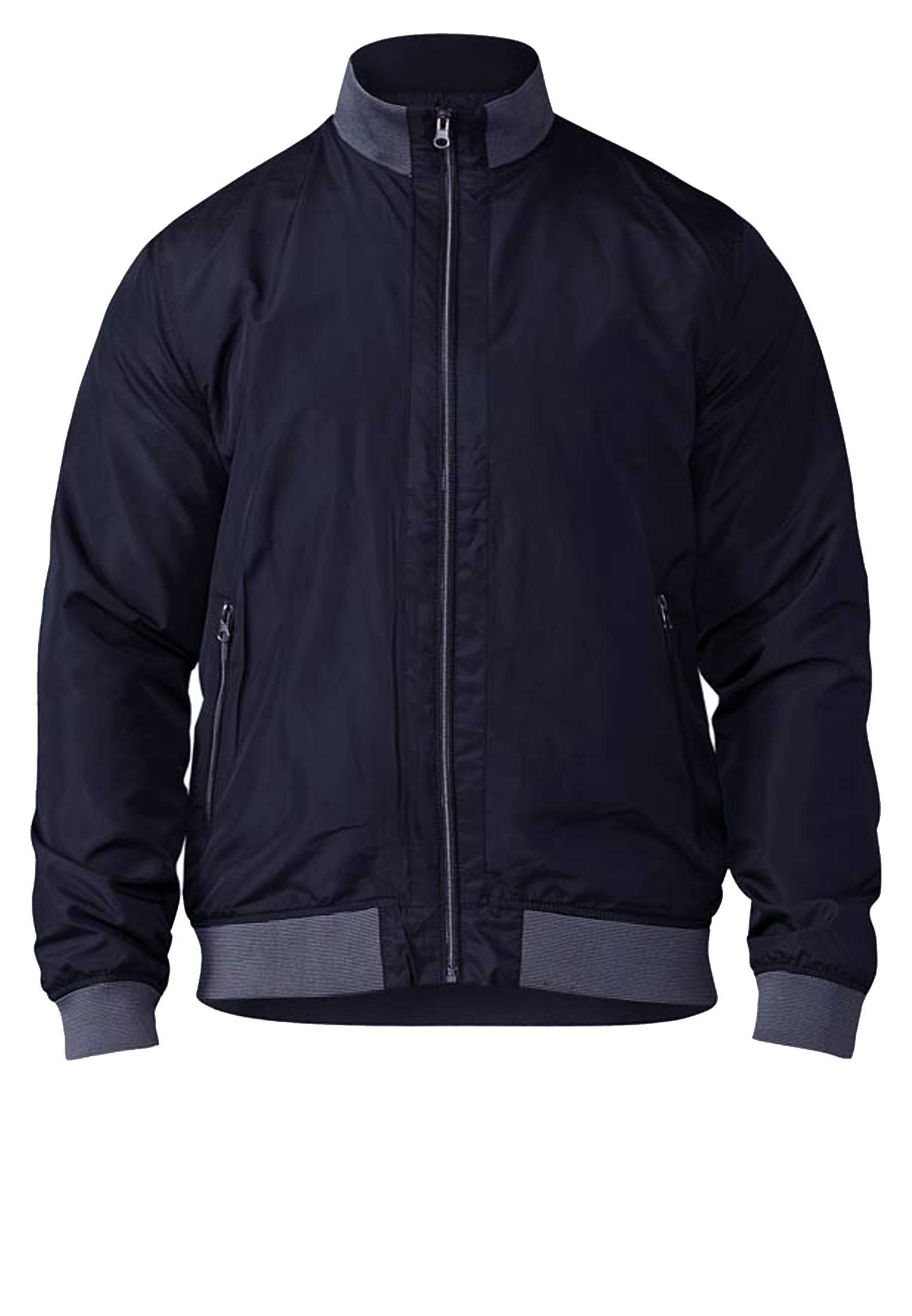 Mooie zomerjas van D555. Deze navy blauwe jas met eveneens navy blauwe voering heeft twee met rits afsluitbare zakken en een open binnenzak. De jas heeft een navy-grijs elastische boord aan de kraag, zoom en mouwboorden.