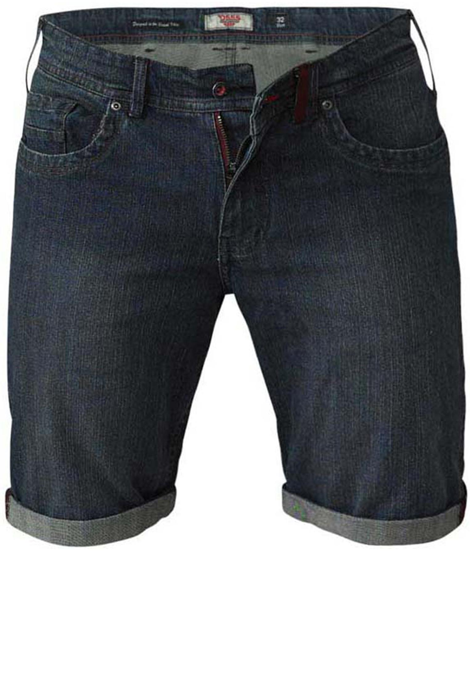 Erg leuke Denim stretch shorts van D555 met twee open steekzakken aan de voorzijde met aan de rechterkant een muntzakje. Twee open achterzakken, riemlussen aan de tailleband en een knoop-ritssluiting. De broekspijpen zijn omgeslagen wat een leuk effect geeft. Een echte musthave voor deze zomer.